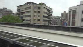 4K Hd ultra, Trein die bij de mening van stationtaipeh van venstertrein aankomen stock videobeelden