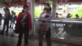 4K Hd ultra, Trein die bij de mening van stationtaipeh van venstertrein aankomen stock footage