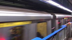 4K Hd ultra, tren que llega la estación de tren Taipei almacen de video