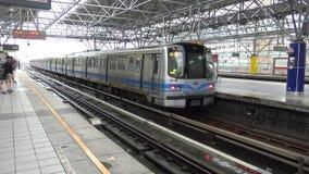 4K Hd ultra, vertrek bij de Mensen van stationtaipeh krijgen op een trein stock videobeelden