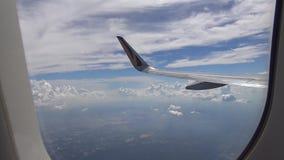 4K Hd ultra, Weergeven door een vliegtuigvenster, vliegtuigvleugel boven de wolk stock videobeelden