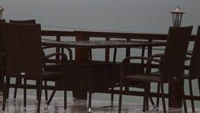 4K Heavy Rain, krople spadają na kawiarnia stole zbiory