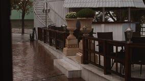 4K Heavy Rain, ulewa w mieście backgroud kawiarnia zbiory