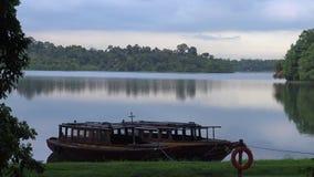 4k, hermosa vista del lago con los barcos del pescador ajardinan almacen de video