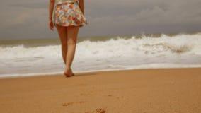 4K het Aziatische meisje die van benenvoeten blootvoets op het natte strand van het zandeiland met grote golf bij de zomer lopen  stock videobeelden