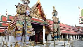 4K het beeldhouwwerk van Boedha van reus in Groot Paleis en Wat Phra Kaew stock footage