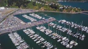 4K het openbaren van de Heuvelhuizen van Lengtemarina full of boats and stock video