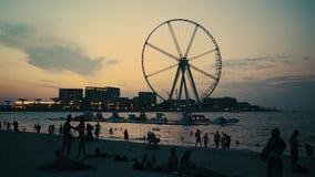 4K het Strand van lengtedoubai de V.A.E bij schemer met silhouetten van mensen stock video
