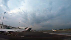 4K het vliegtuig treft voor start van internationale luchthaven van Kuala Lumpur voorbereidingen stock video