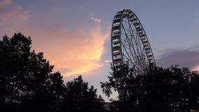 4K Het wiel van het Oogferris van Boedapest draait Het wordt donker stock videobeelden