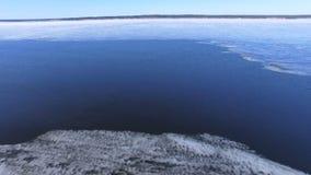 4K Hiele la flotación en el río en tiempo de primavera Silueta del hombre de negocios Cowering almacen de metraje de vídeo