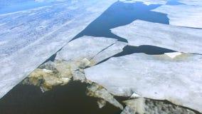 4K Hielo de fusión en un río, océano, mar aéreo