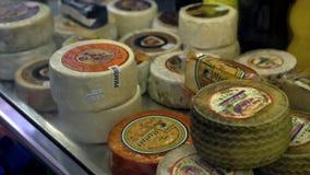 4K, hiszpańszczyzna różny tradycyjny ser w masarka sklepie Sery w sklepie spożywczym zdjęcie wideo