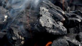 4K Holzkohlengrillglühen Rauch und Flammen Heiße Kohle und Flamme im Grill stock video
