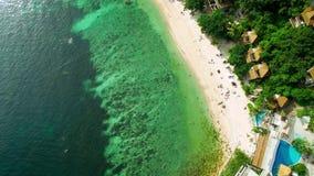 4K hommel; Tropisch strand hierboven, Koh Tao, Thailand stock videobeelden