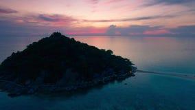 4K hommel; Vliegend over Koh Nang Yuan bij zonsondergang, Thailand stock video