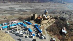 4k hommelmening hierboven van een complex kasteel, Ananuri, Georgië stock video