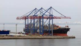 4K-hoog-motie het schieten van hoe het schip wordt leeggemaakt laadde met containers in de haven stock footage