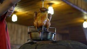 4K, horno de ladrillos taiwanés y pollo asado en horno enorme de la arcilla Comida de Taiwán almacen de metraje de vídeo