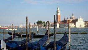 4K Igreja de San Giorgio Maggiore vista de San Marco, Veneza gondolas video estoque