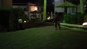 4k - il divertimento cammina di piccolo bambino alla notte stock footage