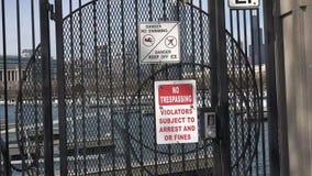 """4k il pericolo di nessun †violante del segno """"nessun nuoto lasciano stare il ghiaccio stock footage"""