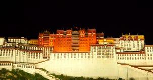 4k iluminou brilhantemente Potala na noite em Lhasa, Tibet vídeos de arquivo
