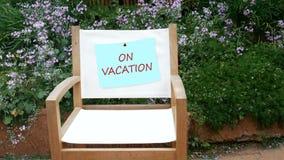 4K im Urlaub Briefpapier auf weißem Stuhl des leeren Segeltuches am Blumengartenhintergrund mit Ton des Vogels für Entspannungssz stock footage