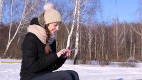 4K, images de lecture rapide de femme, texte, sur Smartphone dans la forêt d'hiver, Sunny Day banque de vidéos