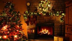 4k impressionante disparou de laço ardente da chaminé da chama da lenha na sala festiva confortável de Noel da decoração do ano n video estoque