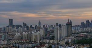 4k ingorghi stradali occupati urbani nel crepuscolo, Qingdao, porcellana Costruzione di affari della città stock footage