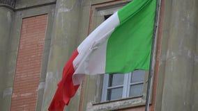4K Italiaanse vlag die in de wind golven, die in Piazza Dante, Napels wordt gevestigd stock videobeelden