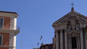 4K Italiaanse vlag die in wind op vlaggestok bij een stad van Italië golven Italiaanse banner stock video