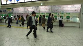 4K Japanse mensen die kaartje kopen bij metro post in Tokyo Trein in Japan stock video