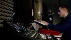 4K jonge correcte ingenieur in opnamestudio die laptop met behulp van bij het het mengen zich bureau stock footage