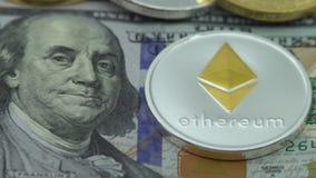 4K körperliches Metall Bitcoin und Ethereum-Währung auf weißem Hintergrund BTC ETH-Dan stock video