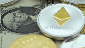 4K körperliches Metall Bitcoin und Ethereum-Währung auf weißem Hintergrund BTC ETH-Dan stock footage