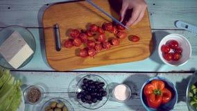 4k, Küche gesund, Tomate, Gurke, Oliven, Fallen, organisch; Schüssel, Salat stock footage