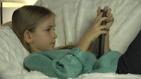 4K kind het Spelen Tablet PC op Bank, Meisjesportret die, Internet, het Bestuderen zoeken stock videobeelden