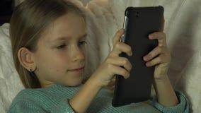 4K kind het Spelen Tablet PC op Bank, Meisjesportret die, Internet in Nacht zoeken stock videobeelden