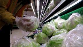 4K, kobieta robi zakupy zielonej sałaty przy hiszpańskim supermarketem Jarzynowy jedzenie zbiory