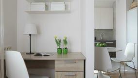 4K kompilaci wideo Wnętrze nowożytny mieszkanie w scandinavian stylu z kuchnią i miejscem pracy Ruchu panoramiczny widok zdjęcie wideo