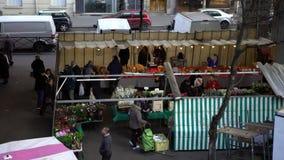 4K, koopt het Hoogste satellietbeeld van Parijse mensen bij straatmarkt in Grenellein stock video