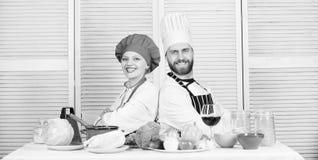 K?kregler man- och kvinnakock i restaurang Banta och vitamin kulinarisk kokkonst vegetarian Kocklikformig familj royaltyfri foto