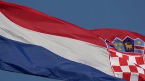 4K Kroatische vlag die in de wind golven De tricolour vlag stock videobeelden