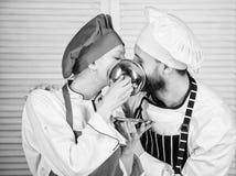 K?kromans Familjmatlagning i k?k par som ?r f?r?lskade med perfekt mat man- och kvinnakock i restaurang meny arkivbilder