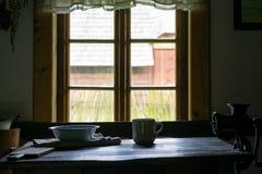 K?ksger?d i inre av det gamla traditionella lantliga tr?huset arkivbilder