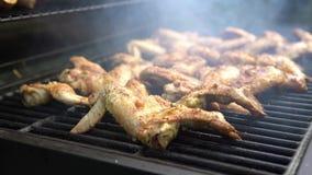 4K, Kucbarski grill z wyśmienicie kurczaków skrzydłami na piec na grillu mięsie Opieczenia bbq zdjęcie wideo
