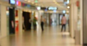 4k Kunde in der Einkaufszentrumszene, undeutliches Mengenschattenbild stock video