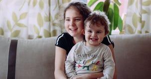 4K Lächeln der jungen Frau und des Kindes Langsame Bewegung Rotes Epos stock video footage